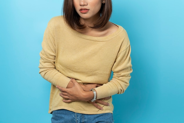 Azjatycka młoda kobieta ma bolesny ból brzucha