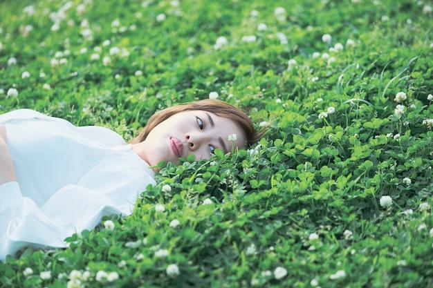 Azjatycka młoda kobieta na łące