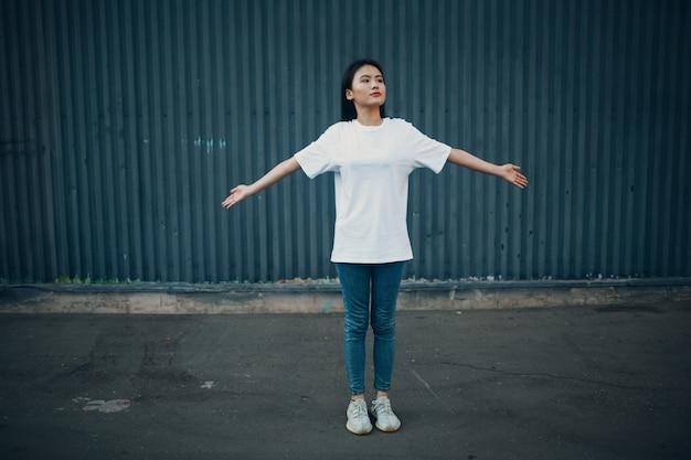 Azjatycka młoda kobieta robi ćwiczenia qigong latem na świeżym powietrzu