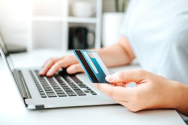 Azjatycka młoda kobieta robi zakupy online