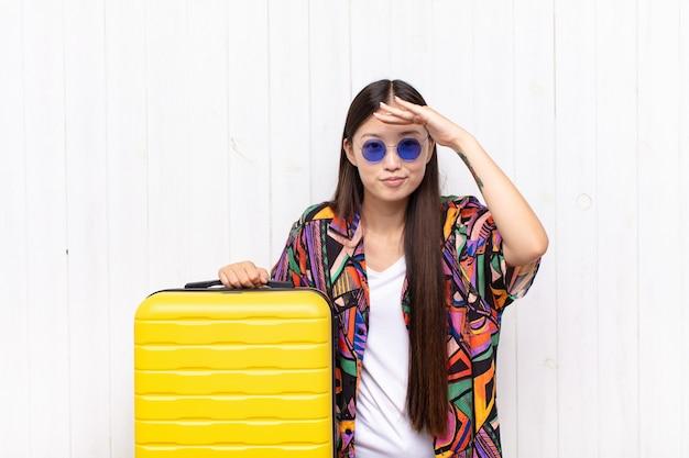 Azjatycka młoda kobieta wygląda na oszołomioną i zdumioną