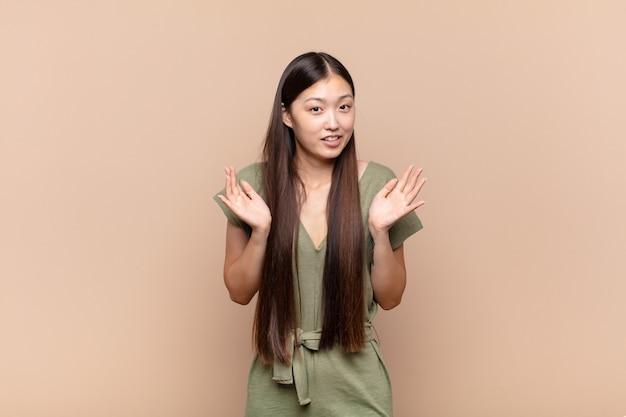 Azjatycka młoda kobieta wyglądająca na zdenerwowaną, zaniepokojoną i zaniepokojoną, mówiącą, że to nie moja wina albo nie zrobiłem tego