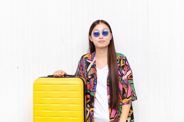 Azjatycka młoda kobieta zastanawia się, myśli szczęśliwe myśli i pomysły, marzy
