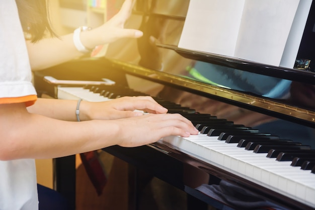 Azjatycka młodej dziewczyny praktyki pianino w domu