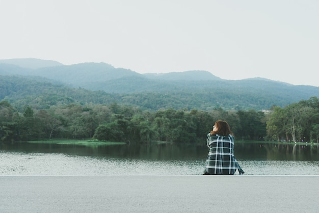 Azjatycka młodej kobiety pozycja stawia czoło morze