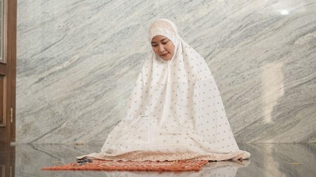 Azjatycka muzułmanka modli się w meczecie