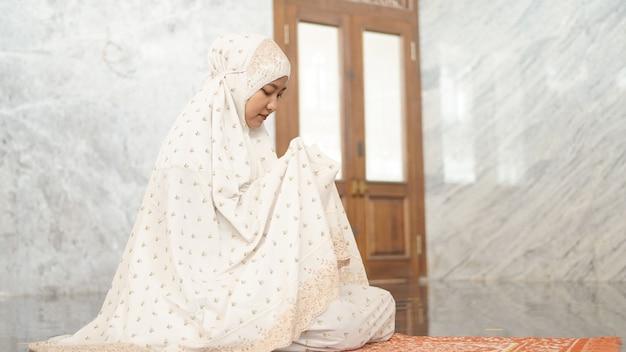 Azjatycka muzułmanka modli się z nadzieją w meczecie
