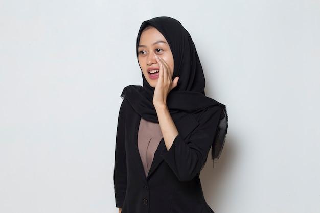 Azjatycka muzułmanka nosząca ogłoszenie hidżabu