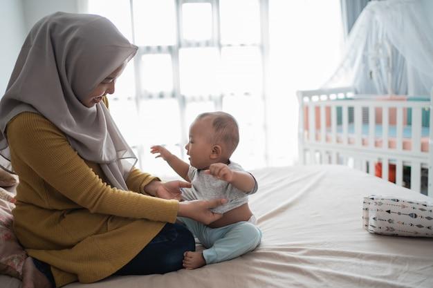 Azjatycka muzułmanka zmienia ubrania chłopca