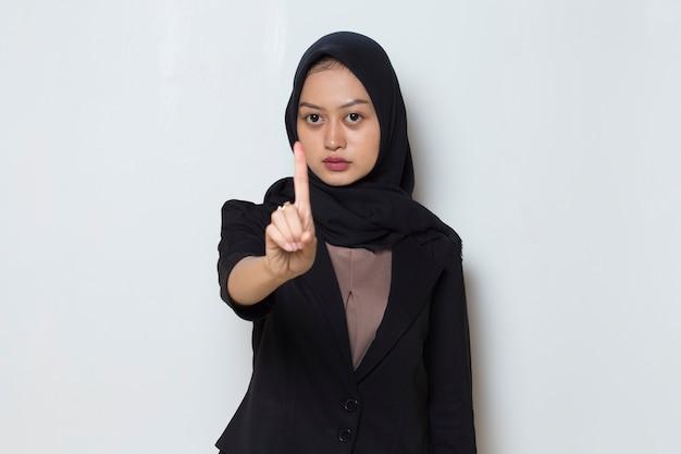 Azjatycka muzułmańska kobieta hidżab pokazuje gest zatrzymania rąk