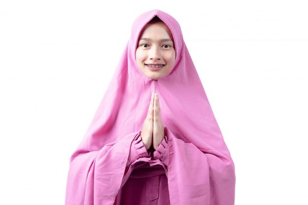 Azjatycka muzułmańska kobieta w przesłony modleniu
