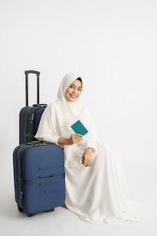 Azjatycka muzułmańska kobieta z biel suknią