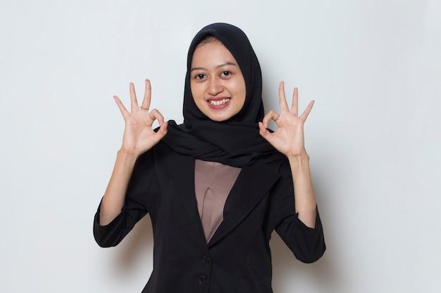 Azjatycka muzułmańska kobieta z kciukami w górę ok znak gest