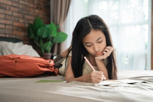 Azjatycka nastoletnia dziewczyna studiuje w domu