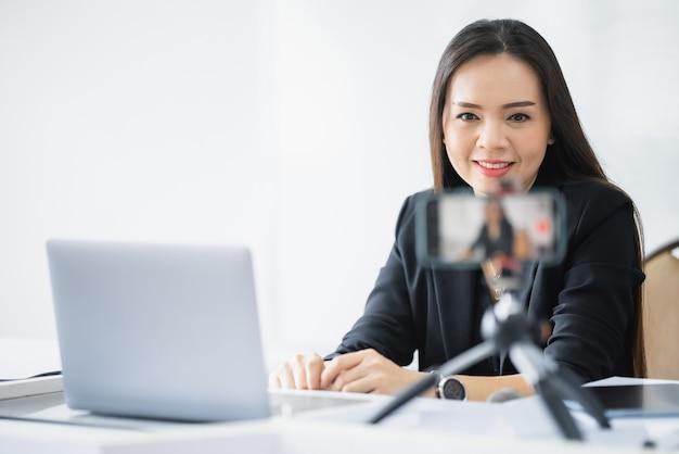 Azjatycka nauczycielka w średnim wieku mieszka online z laptopem na uniwersytecie