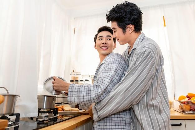 Azjatycka para homoseksualna gotuje razem w kuchni. zaakceptuj gej lgbt.