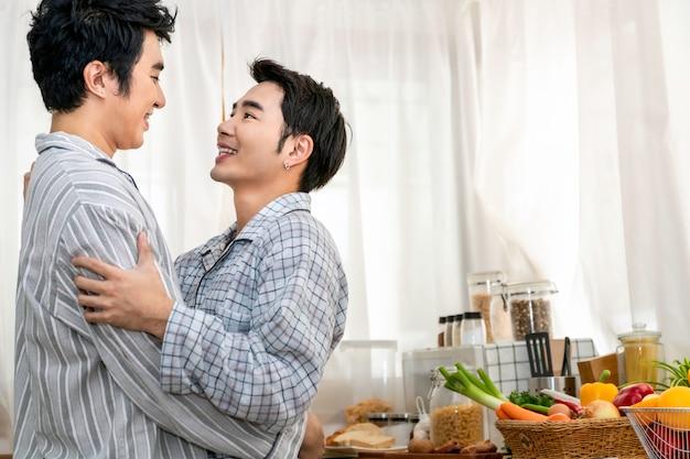 Azjatycka para homoseksualna przytula i całuje rano w kuchni. koncepcja gejów lgbt.