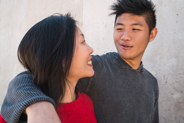 Azjatycka para ma dobry czas wpólnie.