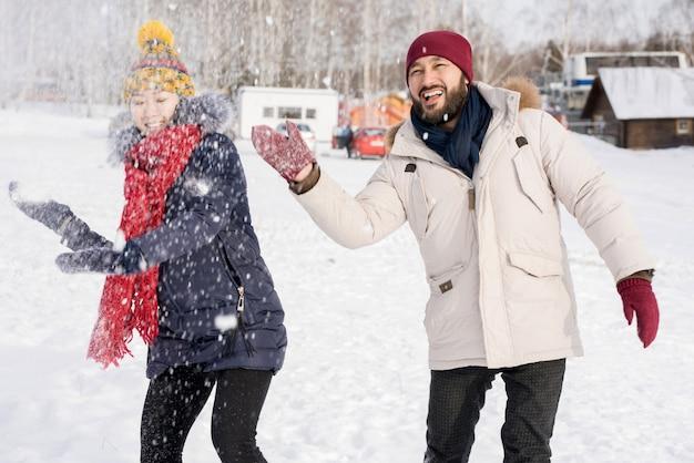 Azjatycka para ma zabawę w zimie