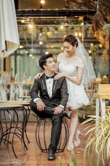 Azjatycka para małżeńska siedzi wpólnie przy restauracją. ludzie kategorii