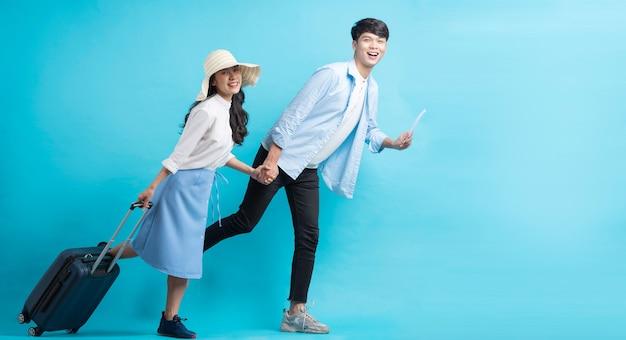Azjatycka para podróżuje razem