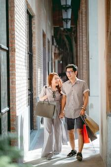 Azjatycka para robi zakupy szczęśliwie na wakacje.