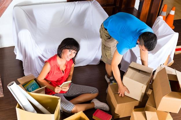 Azjatycka para rusza się w nowym domu