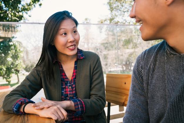 Azjatycka para spędza dobry czas razem.
