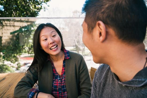 Azjatycka para spędza razem miło czas.