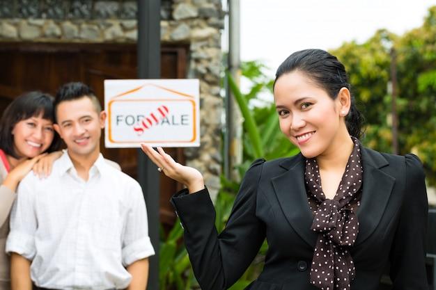 Azjatycka para szuka nieruchomości