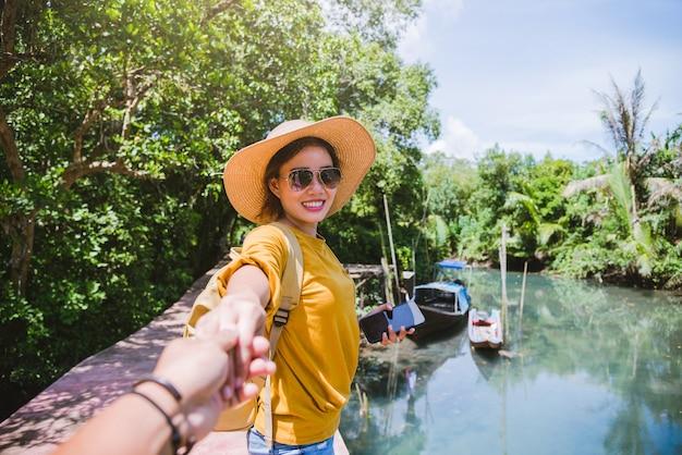 Azjatycka para trzymając się za ręce, podróżując natura. relaks w podróży. w tha pom-klong-song-nam. krabi w tajlandii. podróżuj do tajlandii. miesiąc miodowy, romantyczny.