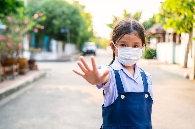 Azjatycka piękna kobieta nosi maskę ochronną przed wirusem koronowym lub wirusem covid-19 w mieście.