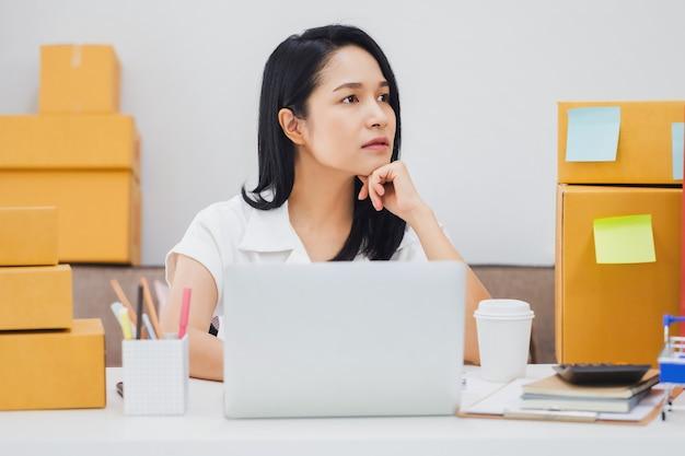 Azjatycka piękna młoda bizneswoman czuje ból głowy i stres w biurze