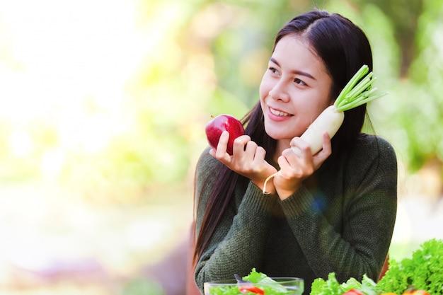 Azjatycka piękna młodej dziewczyny łasowania sałatki warzywo