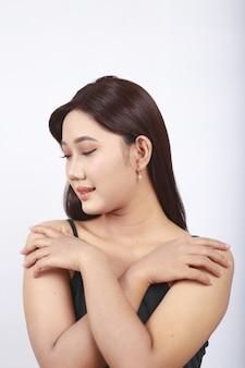 Azjatycka piękność pokazująca jej makijaż na białym tle