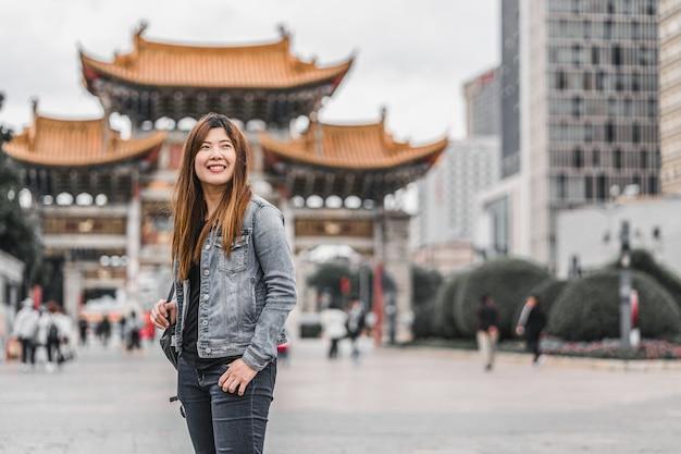 Azjatycka podróżniczka patrząca i zwiedzająca podczas podróży po placu jinbi
