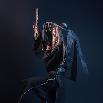 Azjatycka postać w kimonie i słomkowym kapeluszu ze wstążkami
