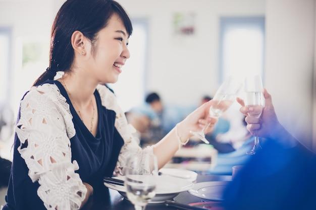 Azjatycka potomstwo para cieszy się romantycznego gościa restauracji