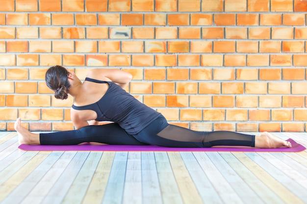 Azjatycka praktykant silna kobieta ćwiczy trudną joga pozę
