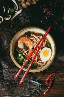Azjatycka ramen zupa z krewetkami