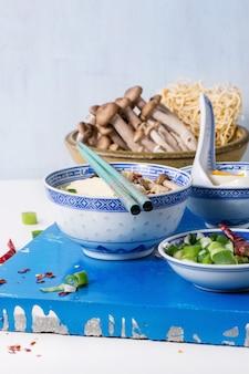Azjatycka ramen zupa z serem feta
