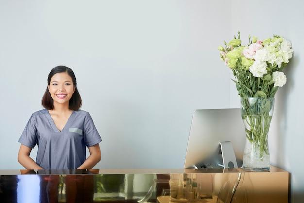 Azjatycka recepcjonistka w salonie spa