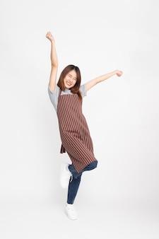 Azjatycka robotnica stojąca i unosząca ręce w górę ze szczęścia
