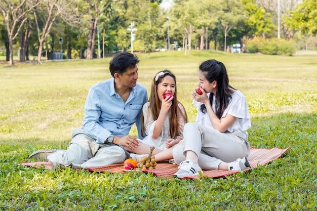 Azjatycka rodzina na pikniku