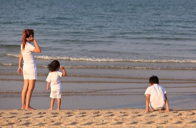 Azjatycka rodzina na tropikalnej plaży