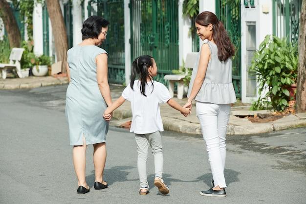 Azjatycka rodzina na zewnątrz w mieście
