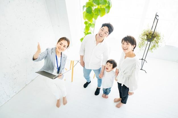 Azjatycka rodzina otrzymuje wewnętrzne wyjaśnienie od agenta nieruchomości