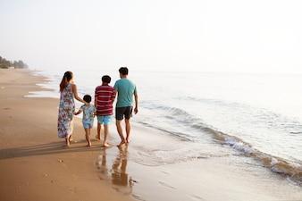 Azjatycka rodzina przy plażą