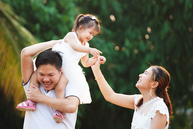 Azjatycka rodzinna ojciec matka i córka bawić się wpólnie w parku z miłością i szczęściem