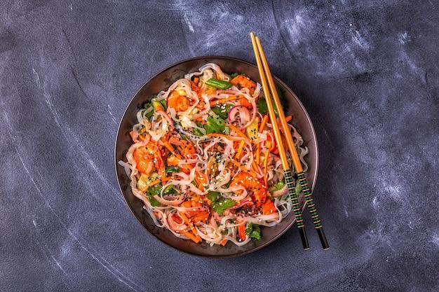 Azjatycka sałatka z makaronem ryżowym, krewetkami i warzywami